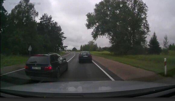 Atsakė į svarbų klausimą: ar galima viršyti greitį, lenkiant kitą automobilį