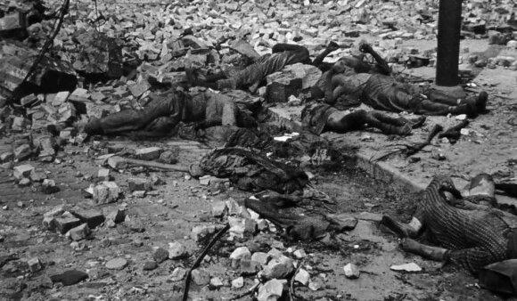 Hamburgo bombardavimų metu žuvusių miestiečių palaikai. 1943 m. liepa.