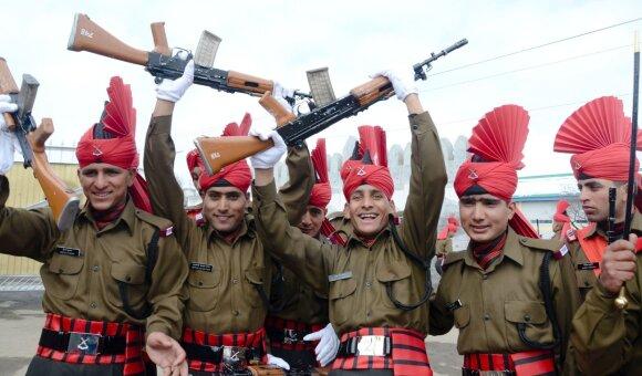 Indų kariai laiko INSAS