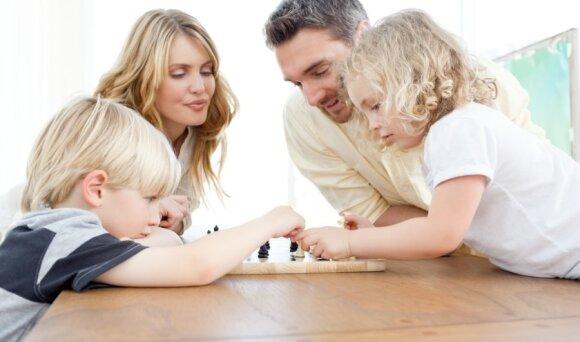 Šeima žaidžia šachmatais