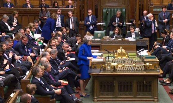Britų parlamentas sprendžia premjerės likimą