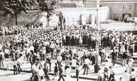 Juliaus Sasnausko archyvo nuotraukos, mitingas prie A. Mickevičiaus paminklo Vilniuje