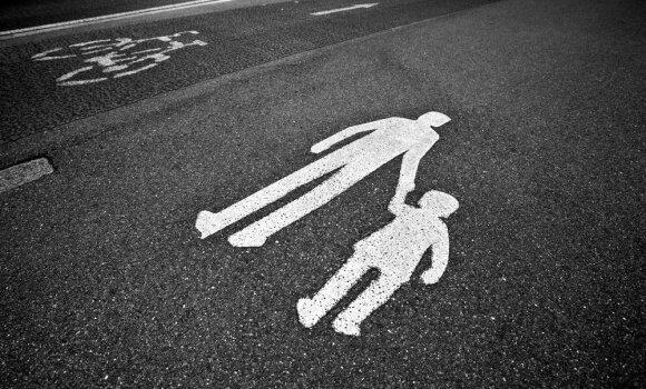 Priminė tėvams, ką apie elgesį gatvėje jie privalo papasakoti savo vaikams
