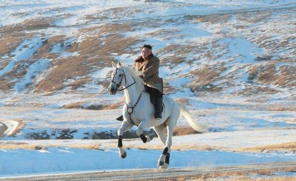 Kim Jong Unas jodinėja ant  Paektu kalno