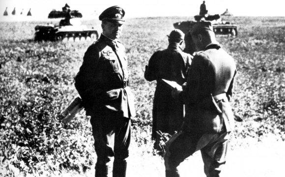 """Tuometis 2-osios tankų grupės (""""Panzergruppe 2"""") vadas generolas H. Guderianas po Roslavlio puolimo. 1941 m. rugpjūtis."""