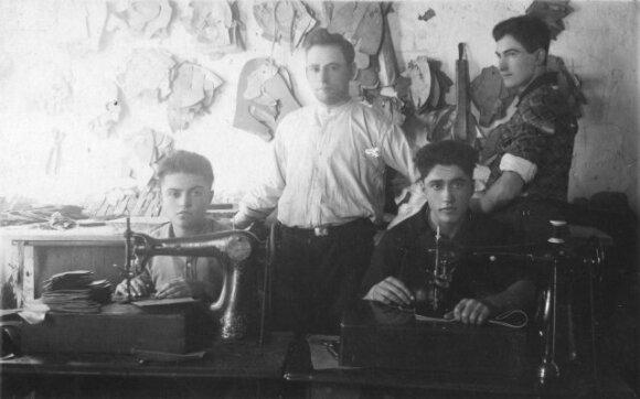 Salantiškio Moušos Singlerio (stovi) batų dirbtuvėse, 1934 m.