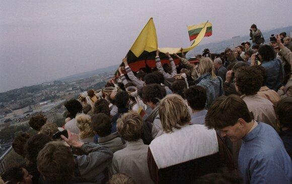 1988 10 07  Vilnius. Vėliavos pakėlimas Gedimino bokšte