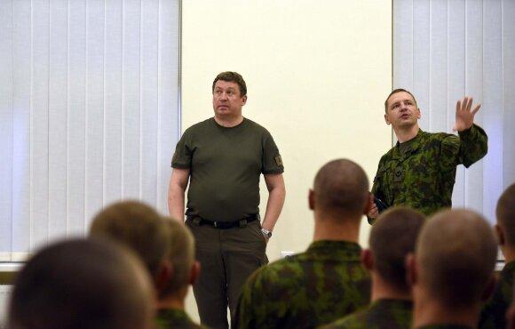 Krašto apsaugos ministras Raimundas Karoblis su karo akademijos kariūnais palapinių miestely
