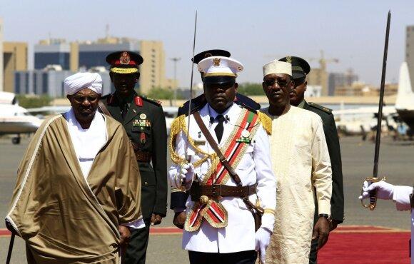 Sudano lyderis Omaras al-Bashiras (kairėje)