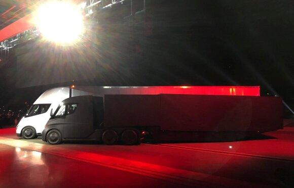 """Elonas Muskas pristatė """"Tesla"""" elektrinį sunkvežimį"""