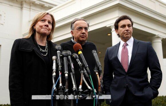 """""""General Motors"""" vadovė Mary Barra, """"Fiat Chrysler"""" vadovas Sergio Marchionne ir """"Ford"""" vadovas Markas Fieldsas po susitikimo prezidentūroje"""