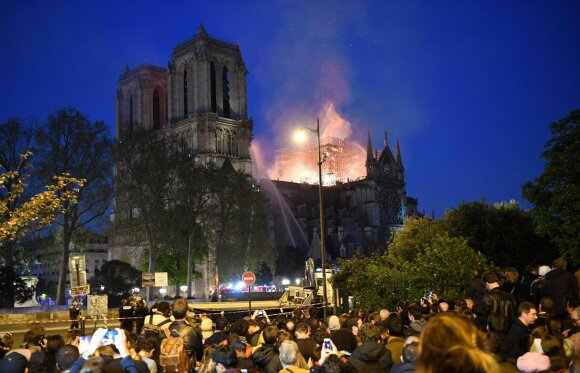 Paryžiaus Dievo Motinos katedrą niokoja didžiulis gaisras