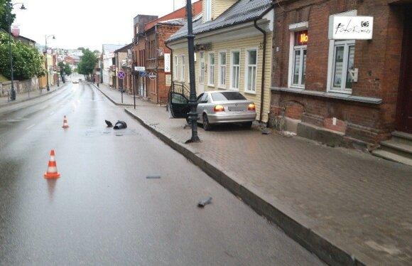 Policija surado vairuotoją, pabėgusį po to, kai BMW trenkėsi į pastatą