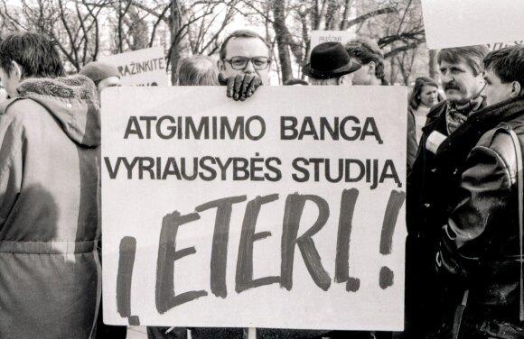 """Žmonės piketuoja prieš nutarimą uždrausti RTV laidą """"Atgimimo banga"""" prie paminklo I.Černiachovskiui (dab. V.Kudirkos a.)."""