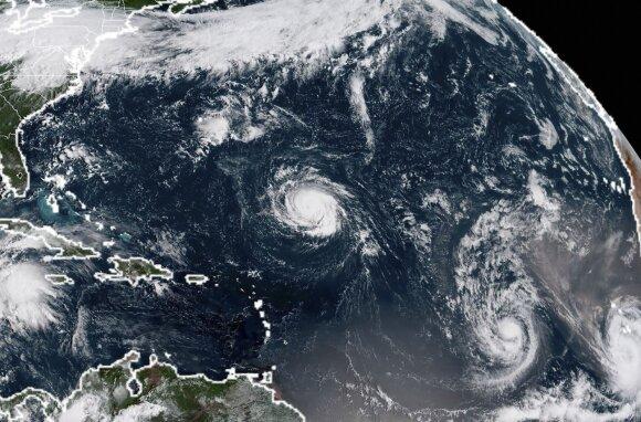 Virš Atlanto vandenyno šėlsta trys uraganai ir tropinė audra