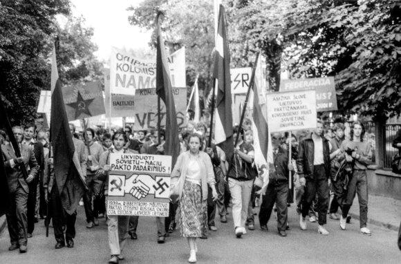 Eitynės į Sąjūdžio suorganizuotą mitingą Vingio parke, skirtą Molotovo-Ribentropo pakto 49-osioms metinėms pažymėti. Jam vadovavo ir pirmasis kalbėjo prof. V.Landsbergis.