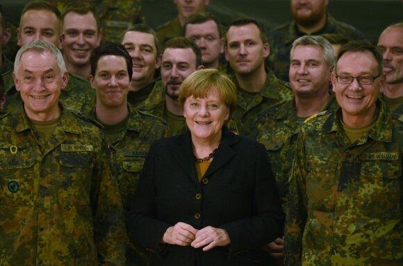 A. Merkel Vokietijos karių apsuptyje