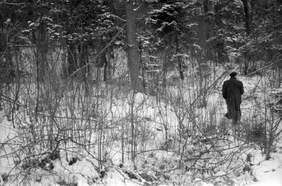 Pranas Matiukas rodo masinių žudynių vietą Babtuose, 1962 m.
