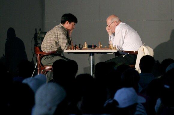 Viktoras Korčnojus (dešinėje)