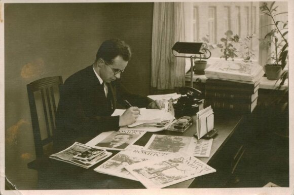 """Nežinomas fotografas. Nuotrauka. Juozas Keliuotis žurnalo """"Naujoji Romuva"""" redakcijoje. 1935"""