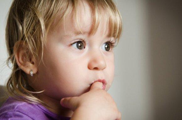 Reikalauja uždrausti auskarus verti mažiems vaikams
