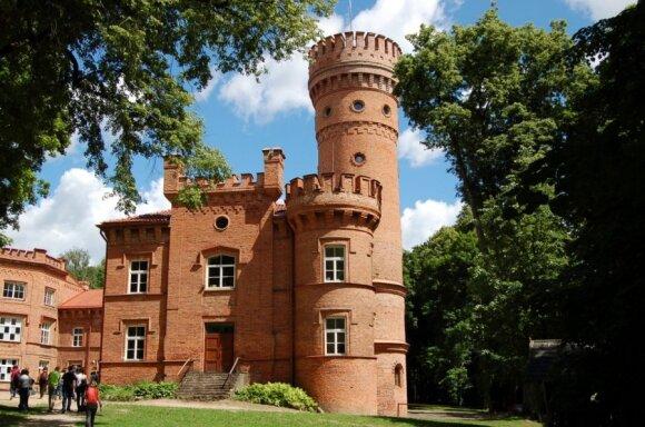 Raudonės pilis, kurioje šiuo metu įsikūrusi vidurinė mokykla