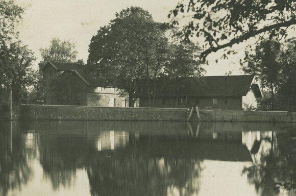Kretingos dvaro ratinė (kairėje) ir vandens malūnas-elektrinė. Nežinomas fotografas. XX a. 4 dešimtmetis.