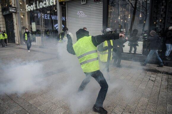 """Paryžiuje per """"geltonųjų liemenių"""" protestus kilo susirėmimų su policija"""