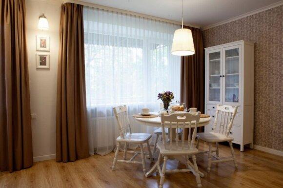 Šviesus dviejų kambarių buto interjeras: mažiau investicijų - daugiau kūrybiškumo