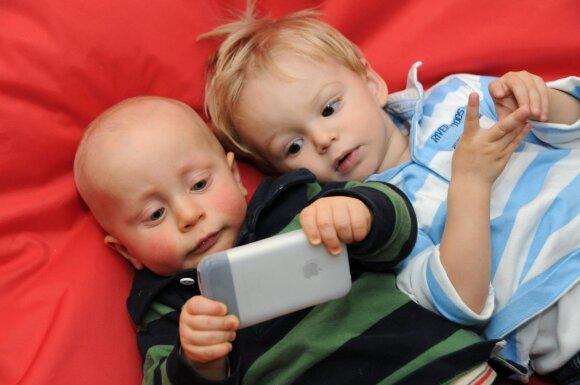 Tai nepatiks daug kam: šalin išmaniuosius įrenginius nuo mažų vaikų