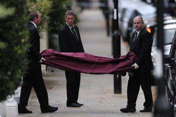 Amy Winehouse kūnas išnešamas iš namų