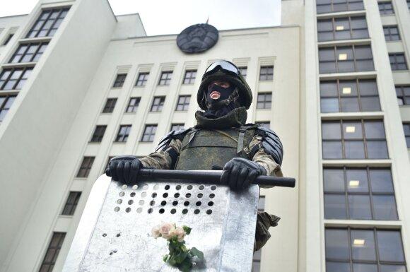 Minske – taikus protestas prie Vyriausybės rūmų: minia ir kariai nusiteikę taikiai