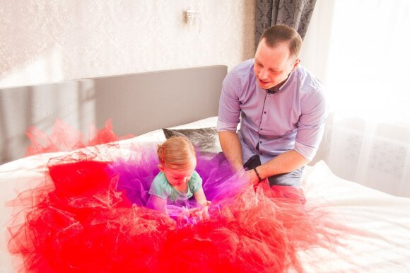 Tėvystės atostogų išėjęs paramedikas kaunietis ėmė siūti tiulio sijonus