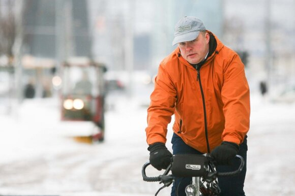 Paaiškino, ką pamiršta sėdintys automobiliuose ir kur kelyje vieta dviratininkams