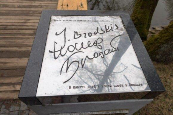 Эту памятную табличку установили четыре года назад на мостике через речку Раже рядом с центральной улицей Басанавичюс.
