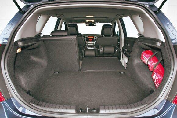 """Jei nulenksime į dvi dalis padalintą galinę sėdynę, atsivers nemaža bagažinė lygiomis grindimis. Net """"VW Golf VI"""" tuo negali pasigirti"""