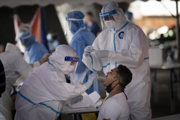 Azijai grįžtant prie darbų, darbuotojai migrantai atsiduria viruso fronte