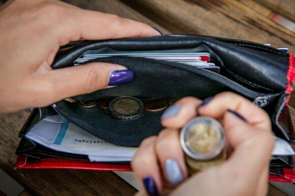 Kaip lietuviai moka elgtis su pinigais: papildomus 100 eurų paleistų vėjais