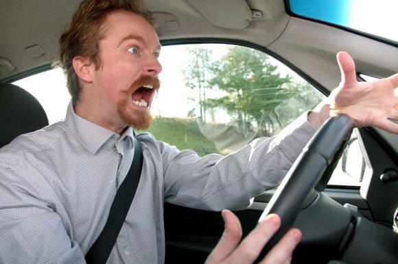 Lietuvių įpročiai stebina: du iš trijų apie Kelių eismo taisykles primintų garso signalu
