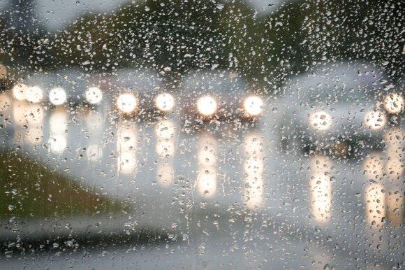 Išaiškino paradoksą: Lietuvos vairuotojai keliuose bijo to, su kuo susidurti tenka dažniausiai