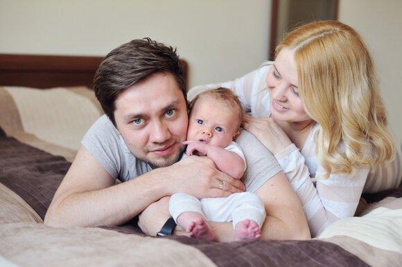 Moteris žindo vaiką: kaip jai padėti gali vyras
