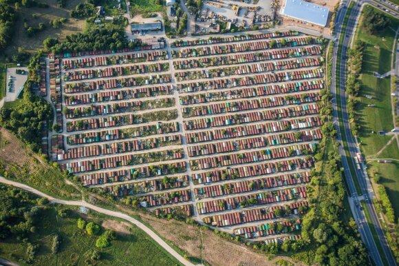 Smūgis tūkstančiams metalinių garažų turėtojų: turi išsikelti per pusantro mėnesio, nepaklusus – baudos