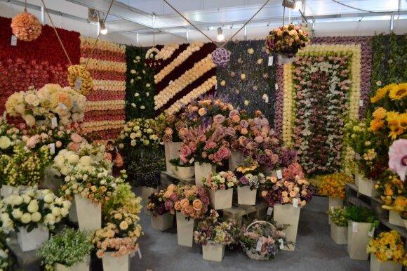 Dalis šių gėlių yra dirbtinės, o dalis natūralios, bet jas sunku atskirti, nes atrodo kaip natūralios.