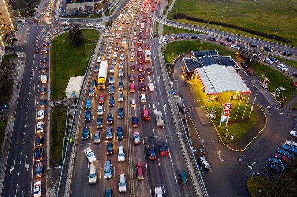 Vairuotojų įpročiai stebina: spaudžiasi buferiais, kad spūstys mažėtų, bet jas tik padidina