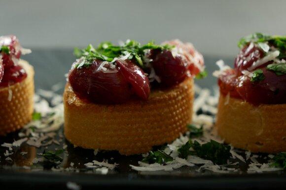 Crostini su keptomis vynuogėmis – itališkas užkandis su prancūzišku batonu