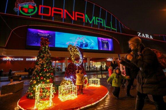 Торгово-развлекательный центр Dana Mall в предновогодние дни привлекает детей множеством развлечений, а взрослых - возможностью совершить необходимые покупки к Новому году и Рождеству