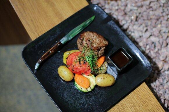 Jautienos išpjovos didkepsnis su daržovėmis ir bulvėmis