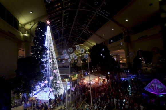 Kalėdų eglutė Kanberoje siekia Pasaulio Gineso rekordo kaip daugiausiai lempučių turintis Kalėdų medis - ji papuošta daugiau nei pusė milijono lempučių