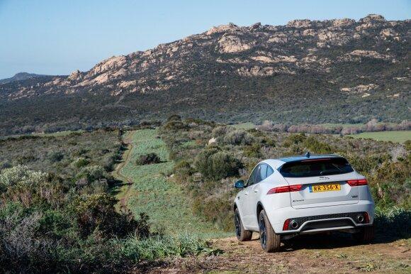 """""""Jaguar E-Pace"""" išvaizdoje atpažįstama nemažai sportinio """"F-Type"""" detalių"""