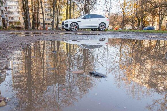 Viename baisiausių Kauno kiemų automobilių dugnais net braukia žemę: permainų greitu metu nebus